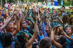 Muchas adolescencias en el fest del holi Fotos de archivo