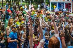 Muchas adolescencias en el fest del holi Imagen de archivo libre de regalías