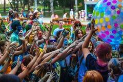 Muchas adolescencias en el fest del holi Imagenes de archivo