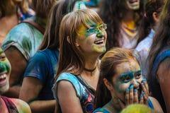 Muchas adolescencias en el fest del holi Imágenes de archivo libres de regalías
