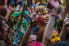 Muchas adolescencias en el fest del holi Fotografía de archivo