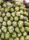 Muchas alcachofas en una parada del mercado Fotografía de archivo
