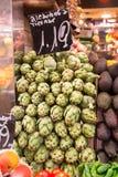 Muchas alcachofas en una parada del mercado Foto de archivo