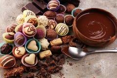 Muchas almendras garapiñadas del chocolate de la variedad, chocolate belga del gastrónomo de la confitería foto de archivo
