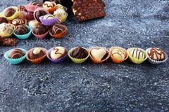 Muchas almendras garapiñadas del chocolate de la variedad, gourm belga de la confitería imágenes de archivo libres de regalías