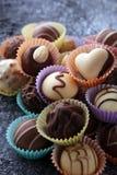 Muchas almendras garapiñadas del chocolate de la variedad, gourm belga de la confitería imagenes de archivo