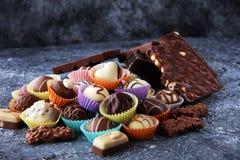Muchas almendras garapiñadas del chocolate de la variedad, gourm belga de la confitería fotografía de archivo