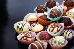 Muchas almendras garapiñadas del chocolate de la variedad, gourm belga de la confitería imagen de archivo