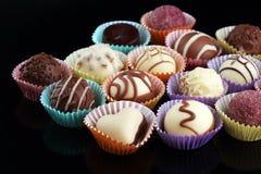 Muchas almendras garapiñadas del chocolate de la variedad, gourm belga de la confitería imagen de archivo libre de regalías