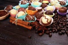 Muchas almendras garapiñadas del chocolate de la variedad, gourm belga de la confitería foto de archivo