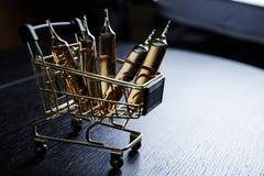 Muchas ampollas marrones fijadas en carro imágenes de archivo libres de regalías