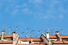 Muchas antenas instaladas en la azotea de un edificio imagen de archivo