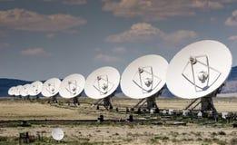 Muchas antenas parabólicas todas en fila Imagen de archivo libre de regalías
