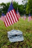 Muchas banderas americanas y casquillo del ejército Foto de archivo