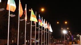 Muchas banderas de los países diferentes en el viento en el invierno en ciudad almacen de metraje de vídeo
