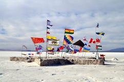Muchas banderas en el desierto de la sal foto de archivo