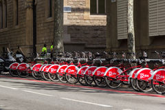 Muchas bicicletas en punto del alquiler urbano de la bici Imágenes de archivo libres de regalías