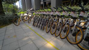 Muchas bicicletas se colocan en fila en el estacionamiento de la calle en Kuala Lumpur Malaysia Limpie ecológicamente el transpor almacen de video