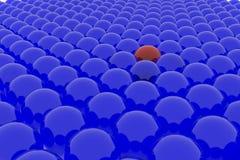 Muchas bolas azules y un rojo. Imagen de archivo