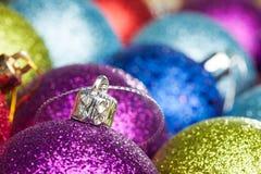 muchas bolas coloreadas de la Navidad Imágenes de archivo libres de regalías