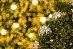Muchas bolas de espejo adornan en árbol verde de las hojas y sistema de la iluminación Imagen de archivo libre de regalías