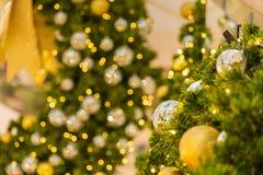 Muchas bolas de espejo adornan en árbol verde de las hojas y sistema de la iluminación Fotografía de archivo libre de regalías