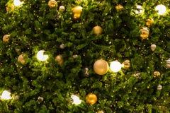 Muchas bolas de espejo adornan en árbol verde de las hojas y sistema de la iluminación Fotos de archivo libres de regalías