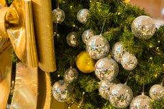 Muchas bolas de espejo adornan en árbol verde de las hojas y sistema de la iluminación Imagen de archivo