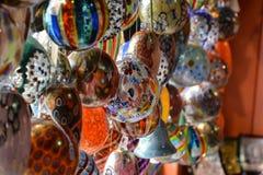 Muchas bolas multicoloras brillantes imágenes de archivo libres de regalías