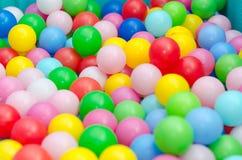 Muchas bolas plásticas coloreadas Imágenes de archivo libres de regalías