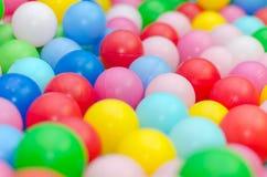 Muchas bolas plásticas coloreadas Imagen de archivo