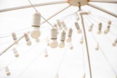 Muchas bombillas blancas en la guirnalda de la calle foto de archivo