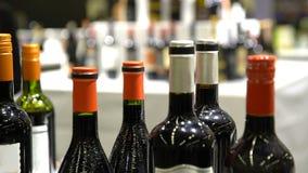 Muchas botellas cobrables de vino en el contador metrajes