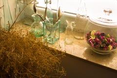Muchas botellas de cristal viejas en alféizar Fotografía de archivo libre de regalías