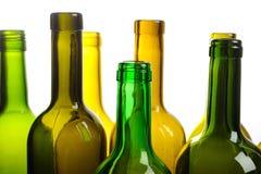 Muchas botellas de vino verdes vacías aisladas en blanco Fotos de archivo libres de regalías