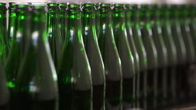 Muchas botellas en la banda transportadora almacen de metraje de vídeo
