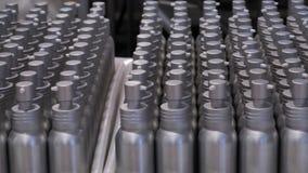 Muchas botellas plásticas o del metal en envase metrajes