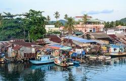 Muchas cabañas con los barcos en la isla de Phu Quoc, Vietnam Imagenes de archivo