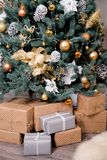 Muchas cajas con los regalos debajo del árbol de navidad Imagen de archivo