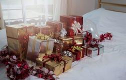 Muchas cajas de regalo de los regalos de Navidad en una tabla con el tre de la Navidad Foto de archivo libre de regalías