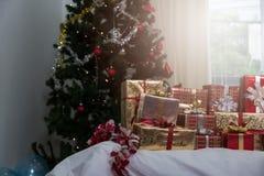 Muchas cajas de regalo de los regalos de Navidad en una tabla con el tre de la Navidad Foto de archivo