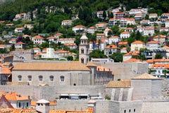 Muchas casas cerca de la ciudadela vieja de Dubrovnik Foto de archivo libre de regalías