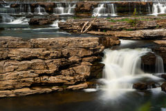 Muchas cascadas que conectan en cascada sobre rocas Fotografía de archivo