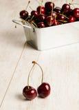 Muchas cerezas en la tabla de madera, primer Imágenes de archivo libres de regalías