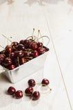 Muchas cerezas en la tabla de madera, primer Fotografía de archivo libre de regalías