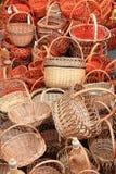 Muchas cestas de mimbre de madera hermosas Fotos de archivo