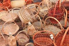 Muchas cestas de mimbre de madera hermosas Imágenes de archivo libres de regalías