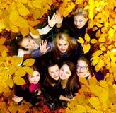 Muchas chicas jóvenes en el parque del otoño Imagenes de archivo