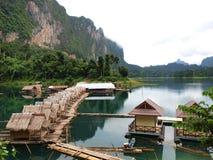Muchas chozas y casa en el río Imagen de archivo