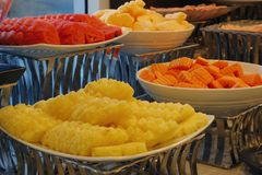 Muchas clases de sand?a de la fruta, de pi?a y de cantalupo de la papaya en l?nea del buffet fotografía de archivo